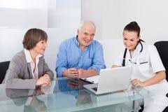 Medico consultantesi delle coppie senior Fotografie Stock