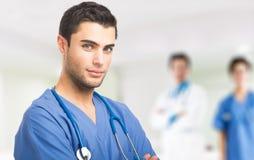 Medico davanti al suo gruppo di medici Fotografie Stock Libere da Diritti