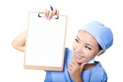 Medico del chirurgo della donna che mostra appunti Fotografia Stock