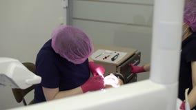 Medico del dentista che lavora con il paziente della donna video d archivio