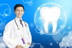 Medico del dentista che mostra dente sano con il concetto d'ardore royalty illustrazione gratis
