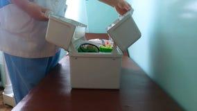 Medico dell'ambulanza apre una scatola stock footage