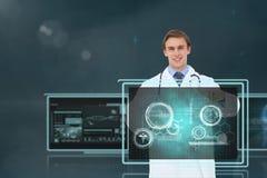 Medico dell'uomo che interagisce con le interfacce mediche Immagini Stock Libere da Diritti