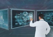 Medico dell'uomo che interagisce con le interfacce mediche Fotografie Stock