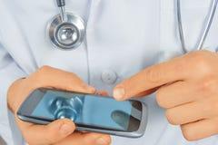 Medico dell'uomo con il telefono cellulare Fotografie Stock