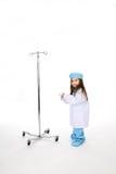 Medico della bambina con IV il basamento Fotografie Stock Libere da Diritti