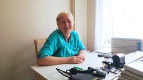 Medico della donna è alla tavola ed a sorridere archivi video