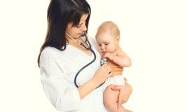 Medico della donna ascolta il cuore del bambino isolato su bianco fotografie stock