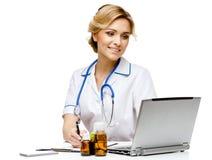 Medico della donna che sta sul fondo bianco fotografie stock