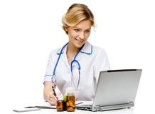 Medico della donna che sta sul fondo bianco immagini stock