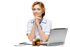 Medico della donna che sta sul fondo bianco immagine stock