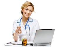 Medico della donna che sta sul fondo bianco fotografia stock