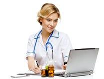 Medico della donna che sta sul fondo bianco fotografia stock libera da diritti