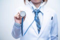 Medico della donna che tiene stetoscopio blu immagini stock libere da diritti