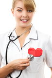 Medico della donna con lo stetoscopio che esamina cuore rosso, concetto di sanità Immagini Stock