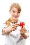 Medico della donna con lo stetoscopio che esamina cuore rosso, concetto di sanità Fotografie Stock