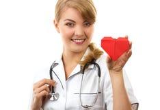 Medico della donna con lo stetoscopio che tiene cuore rosso, concetto di sanità Immagine Stock Libera da Diritti