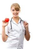 Medico della donna con lo stetoscopio che tiene cuore rosso, concetto di sanità Fotografia Stock Libera da Diritti