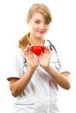 Medico della donna con lo stetoscopio che tiene cuore rosso, concetto di sanità Fotografia Stock
