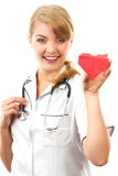 Medico della donna con lo stetoscopio che tiene cuore rosso, concetto di sanità Immagine Stock