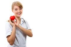 Medico della donna con lo stetoscopio che tiene cuore rosso, spazio della copia per testo, concetto di sanità Immagine Stock