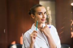 Medico della giovane donna nell'ufficio fotografia stock libera da diritti