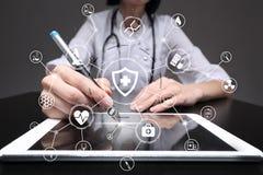 Medico della medicina con il computer moderno Rete di tecnologia e concetto medici di sanità fotografia stock libera da diritti