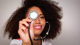 Medico della ragazza con lo stetoscopio a disposizione stock footage