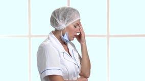 Medico depresso della donna, vista laterale stock footage