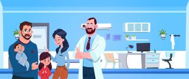 Medico di famiglia With Happy Parents e bambini più sopra il pediatra Hospital Room Background illustrazione di stock