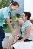 Medico di famiglia sulla visita domestica Immagine Stock Libera da Diritti