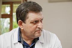 Medico di mezza età che osserva obliquamente immagine stock libera da diritti