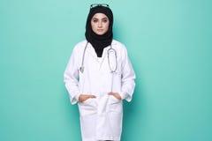 Medico di Muslimah isolato nel fondo del turchese Fotografia Stock Libera da Diritti