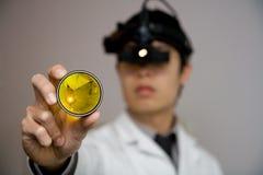 Medico di occhio che examing i vostri occhi Fotografia Stock Libera da Diritti