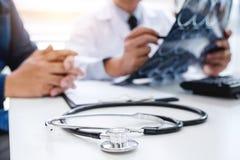 Medico di professore raccomanda il rapporto un metodo con i treatmen pazienti immagini stock libere da diritti