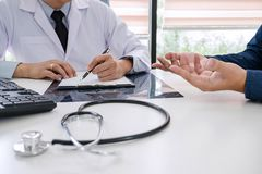Medico di professore raccomanda il rapporto un metodo con i treatmen pazienti immagine stock