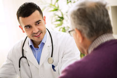 Medico di visita dell'uomo anziano, cura del paziente fotografia stock libera da diritti
