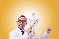 Medico divertente con lo scheletro contro la pendenza Immagine Stock Libera da Diritti
