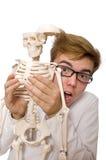 Medico divertente con lo scheletro isolato su bianco Immagini Stock