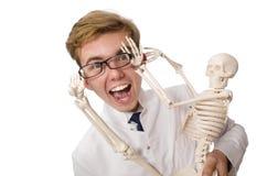 Medico divertente con lo scheletro isolato su bianco Fotografie Stock Libere da Diritti