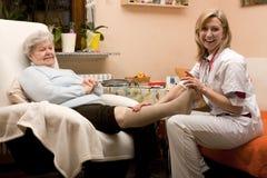 Medico domestico di chiamata con l'anziano Fotografie Stock Libere da Diritti