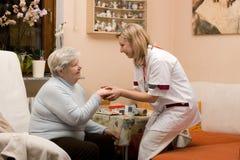 Medico domestico di chiamata con l'anziano Fotografia Stock