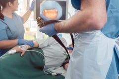 Medico durante l'endoscopia che controlla immagine della bocca sullo schermo fotografia stock libera da diritti