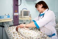 Medico e bambino Immagini Stock Libere da Diritti