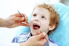 Medico e bambino paziente Ragazzo che fa i suoi esaminare denti con il concetto del dentista Medicine, di sanità e di stomatologi immagine stock libera da diritti