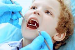Medico e bambino paziente Ragazzo che fa i suoi esaminare denti con il concetto del dentista Medicine, di sanità e di stomatologi fotografie stock libere da diritti