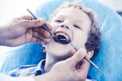 Medico e bambino paziente Ragazzo che fa i suoi esaminare denti con il concetto del dentista Medicine, di sanità e di stomatologi fotografia stock libera da diritti