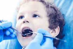 Medico e bambino paziente Ragazzo che fa i suoi esaminare denti con il concetto del dentista Medicine, di sanità e di stomatologi immagini stock libere da diritti