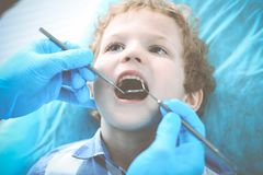 Medico e bambino paziente Ragazzo che fa i suoi esaminare denti con il concetto del dentista Medicine, di sanit? e di stomatologi fotografie stock libere da diritti