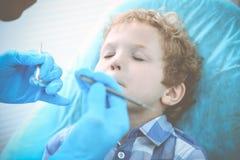 Medico e bambino paziente Ragazzo che fa i suoi esaminare denti con il concetto del dentista Medicine, di sanit? e di stomatologi immagini stock libere da diritti